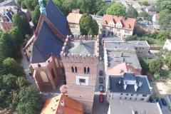 Widok z lotu ptaka od góry na Krzywą Wieżę, kościół pod wezwaniem świętej Anny.
