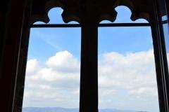 Widok z okna ratusza na Krzywą Wieżę