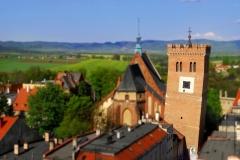 Widok z lotu ptaka na Krzywą Wieżę, kościół pod wezwaniem świętej Anny oraz w tle góry