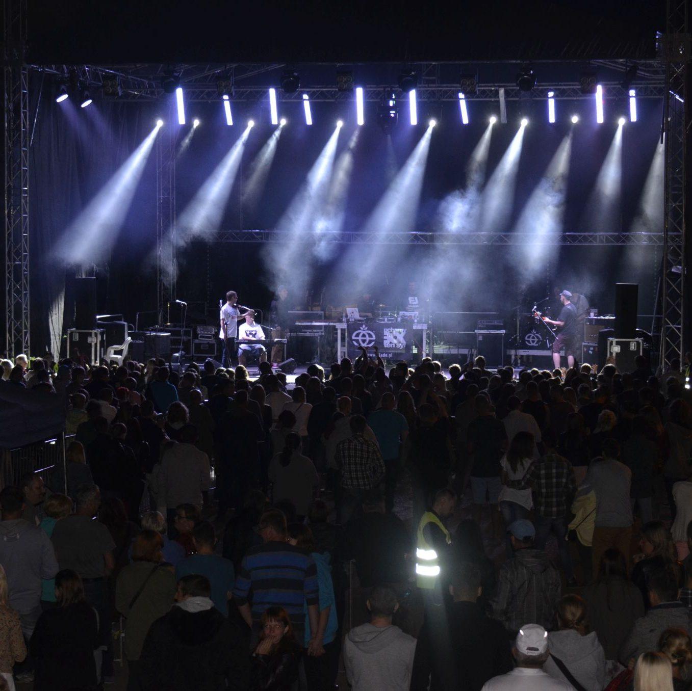 Zdjęcie w tle u góry strony na którym widać kolorowe lasery włączone podczas koncertu w Ząbkowicach Śląskich